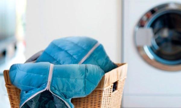 Жирное пятно на пуховике: как вывести в домашних условиях?