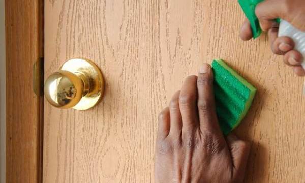 Как удалить жирные пятна с межкомнатных дверей? Четыре незаменимых совета