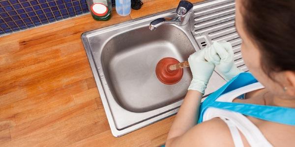 Как просто и эффективно устранить засор в раковине?