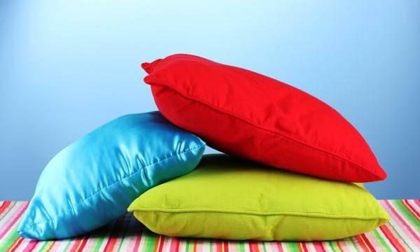 Как правильно почистить или постирать перьевую, пуховую и диванную подушки в домашних условиях?